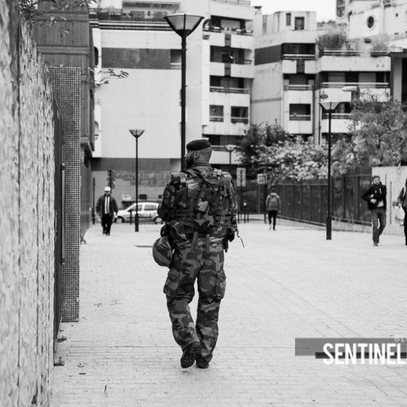 Patrouille à pied dans les rues de Paris