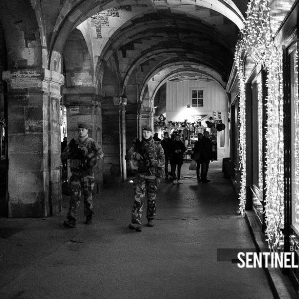 Patrouille Sentinelle dans les rues le soir de Noël