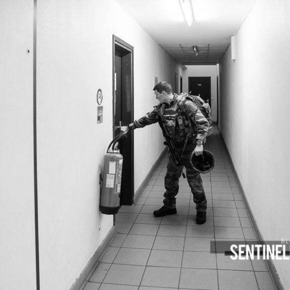 Militaire fermant la porte de sa chambrée