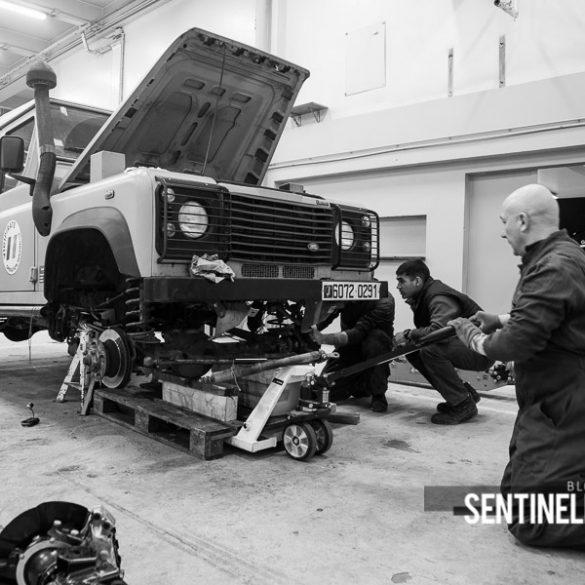 Mécaniciens assurant la maintenance d'un véhicule Sentinelle